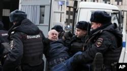 Cảnh sắt bắt người biểu tình chống dự luật kiểm soát Internet của Nga ở Moscow (ảnh tư liệu ngày 10/3/2019)