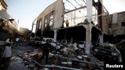 Lokasi serangan udara yang menimpa gedung tempat upacara pemakaman untuk ayah Jalal al-Ruweishan, menteri dalam negeri pemerintah Yaman yang didominasi kelompok Syiah Houthi, di Sana'a (8/10). (Reuters/Khaled Abdullah)