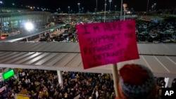 جمعی از مظاهره کنندگان در میدان هوایی نیویارک