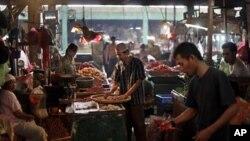 Pedagang pasar menyortir barang dagangannya di pasar di Jakarta. (Foto: Dok)