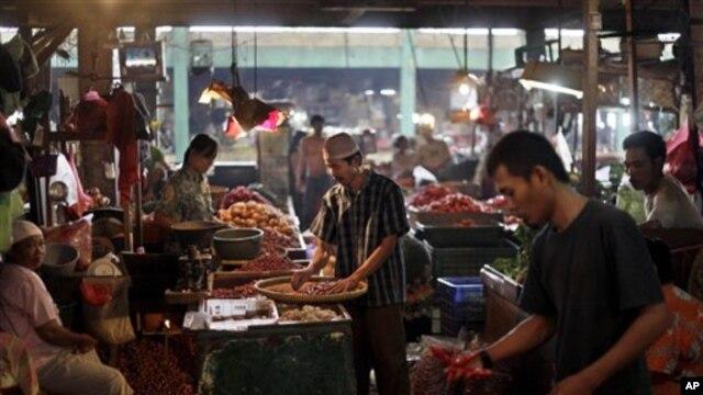 Warga mengeluh karena harga berbagai kebutuhan tidak stabil dengan ketidakpastian soal kenaikan harga BBM (foto: dok).