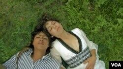 Marú y Román son dos quinceañeros que se enamoran en la cinta.