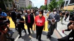 """Gradonačelnica Vašingtona Mjuriel Bauzer kod džinovskih slova """"Životi crnaca su važni"""" na 16. ulici, u blizini Bele kuće."""