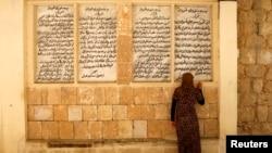 Một phụ nữ thuộc bộ tộc Yazidi thiểu số, chạy trốn bạo lực ở thành phố Sinjar, Iraq, cầu nguyện tại đền thánh của họ ở Lalish, Shikhan, ngày 20/9/2014.