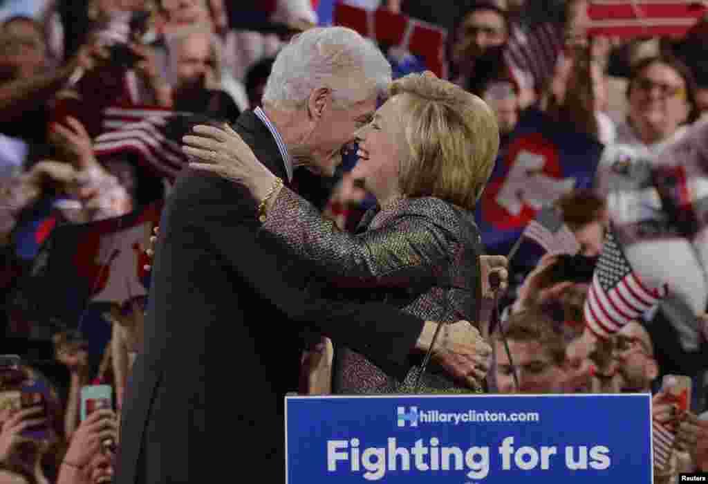 بیل کلینتون بعد از پیروزی های بزرگ همسرش در ایالت های شمال شرقی آمریکا او را می بوسد.