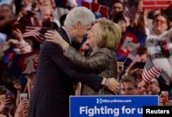 Eşi eski başkan Bill Clinton'a sarılan Hillary Clinton
