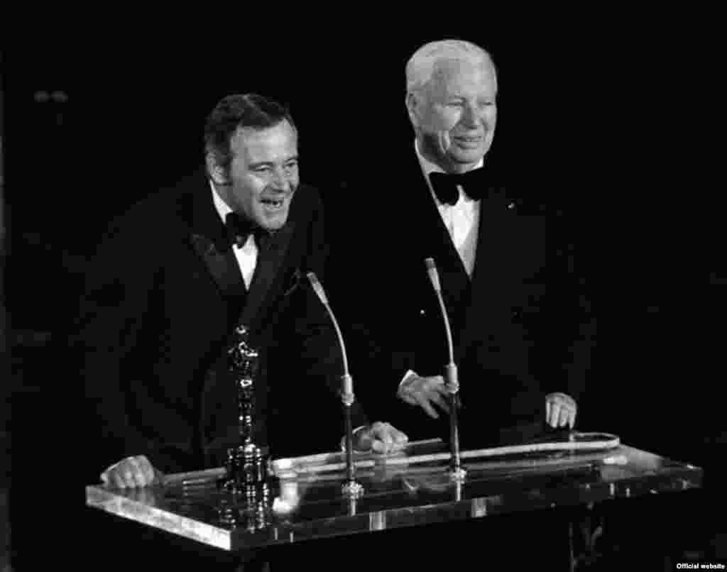 Danh hài huyền thoại Charlie Chaplin (phải), còn được biết với cái tên Charlot, được Hollywood tôn vinh với giải thưởng Oscar Danh dự vào năm 1972. Cả khán phòng nhà hát đã đồng loạt đứng lên vỗ tay tán dương ông trong suốt 12 phút không ngưng nghỉ. Biểu tượng điện ảnh này từng phải chịu sự truy bức của chính quyền Mỹ trong suốt những năm 50 vì bị cho là cộng sản. (AMPAS)