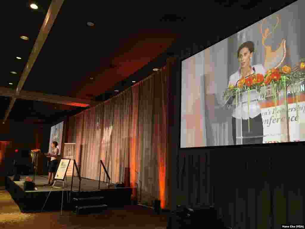 آزیتا راجی سفیر سابق آمریکا در سوئد یکی از سخنرانان اصلی نشست بنیاد زنان ایرانی آمریکایی بود.