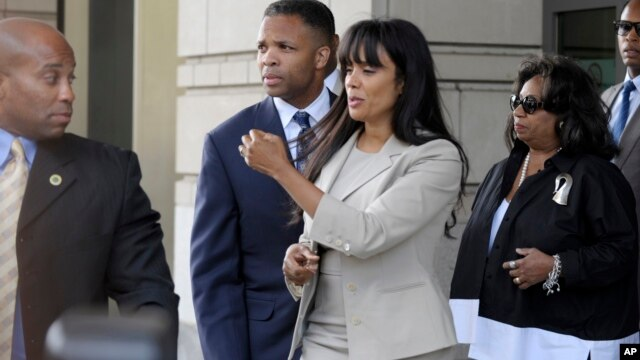 Former Illinois Rep. Jesse Jackson Jr., and his wife Sandra, leaves federal court in Washington, August 14, 2013.