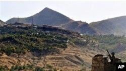 Di vê wêneya arşîvê de, leşkerên Tirk di operasyoneke dijî serhildayên PKK'ê de xwane dibin