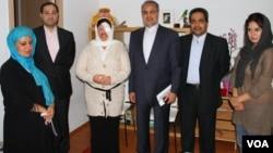 آمنه بهرامی نوا در اقامتگاه سفارت ایران در اسپانیا همراه با مرتضی صفارنطنزی، سفیر ایران در اسپانیا .