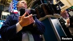 2013年8月1日纽约证券交易所交易员在操作