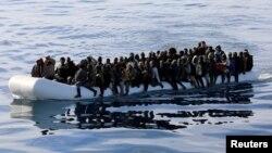 Les migrants a bord d'un canot pneumatique, sauvés par la garde côtière libyenne dans la mer Méditerranée au large des côtes de la Libye, le 15 janvier 2018.