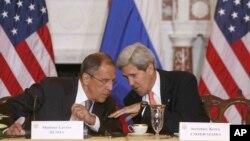Menlu AS John Kerry berbicara dengan Menlu Rusia Sergei Lavrov di Gedung Departemen Luar Negeri AS, Washington (9/8).