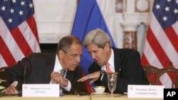 존 케리 미 국무장관(오른쪽)과 세르게이 라브로프 러시아 외무장관이 지난달 9일 워싱턴 국무부 청사에서 회담을 갖고있다.(자료사진)