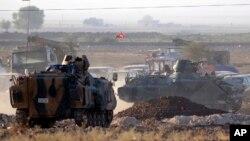Turki menyiagakan kekuatan militernya di perbatasan Turki dengan Suriah, tidak jauh dari kota Kobani (7/10).