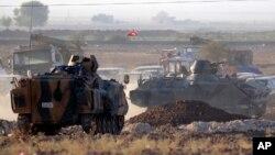 Fuerzas turcas aseguran la frontera en su lucha cerca de Kobani en Siria.