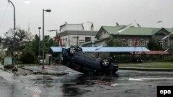Badai topan di pantai timur Taiwan menggulingkan sebuah mobil.