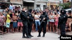 نیروهای پلیس در مقابل محل میکده بعد از تیراندازی حضور یافتند.