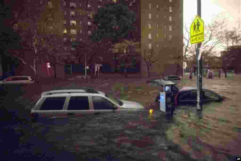 Baabuur ku sugan wadada 14th ee New York halkaasoo ay ku soo rogmadeen daadad ay dhalisay duufaantii Sandy.