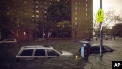 Plimski talas izazvan naletima snažnog vetra poplavio je mnoge ulice u Njujorku