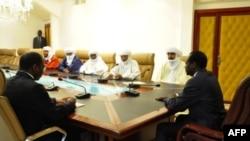 Le président Compaoré (à dr.) rencontre une délégation d'Ansar Dine à Ouaga, le 6 nov. 2012