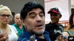 L'ancienne star du football, l'argentin Diego Armando Maradona, répondant à des journalistes à La Havane, à Cuba