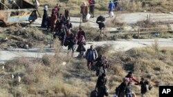 這張由一個敘利亞庫爾德人活動組織在2016年11月27日提供的照片顯示,人們逃離反政府武裝控制的阿勒頗東部街區,進入敘利亞庫爾德戰士控制的謝赫•馬克蘇德地區。