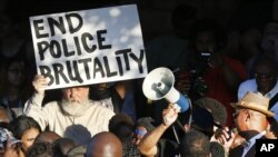 Para pengunjuk rasa berdemo di dekat kolam renang komunitas di McKinney, Texas, (8/6).