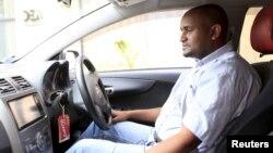 Seorang pengemudi layanan taksi Uber di Nairobi, Kenya (foto: ilustrasi).