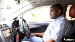 Un nouveau conducteur Uber dans sa voiture à Nairobi le 9 mars 2016.