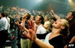 Yevangelchilar cherkovda birga ashula aytmoqda
