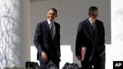 2月12日奥巴马总统与白宫办公厅主任在白宫西翼柱廊