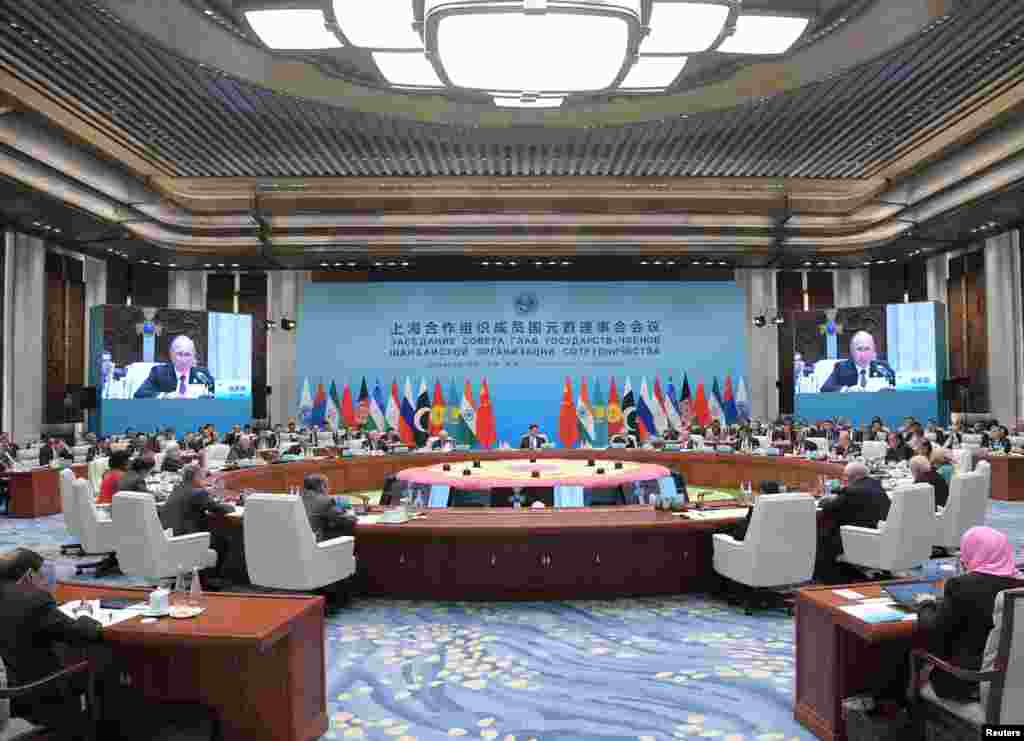在中国青岛举行的上海合作组织(SCO)国家元首理事会扩大会议的会场(2018年6月10日)。这个圆桌会议名叫元首理事会会议,但是参加的并非都是国家元首,印度总理莫迪就不是国家元首而是政府首脑。