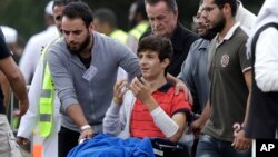 کرائسٹ چرچ حملے میں زخمی ہونے والا شامی نژاد نوجوان زید مصطفیٰ حملے میں مارے جانے والے اپنے والد اور بھائی کے جنازے میں شریک ہے۔