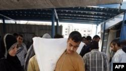 Приемный пункт продовольствия в лагере беженцев в Газе
