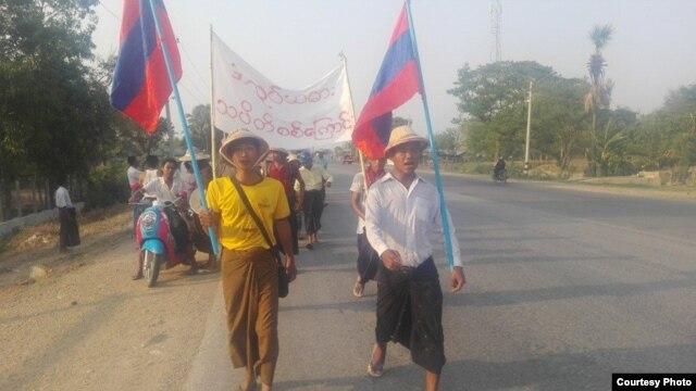 စစ္ကိုင္းတိုင္း ပတၱျမားစက္မႈဇုန္ Myanmar Veener Plywood Private Co Ltd သစ္အေခ်ာထည္စက္႐ံုမွ အလုပ္သမားမ်ား ဆႏၵျပေနစဥ္။