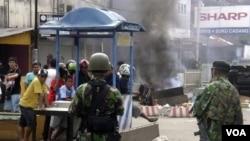Dua anggota TNI menjaga keamanan untuk mencegah terjadinya kembali bentrokan Muslim dan Kristen di Ambon, Maluku (12/9).