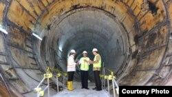 Presiden Joko Widodo (tengah) hari Kamis (23/2) meninjau pengerjaan terowongan bawah tanah Mass Rapid Transit (MRT) Jakarta tahap pertama di kawasan Setiabudi, Jaksel, yang akan menghubungkan Lebak Bulus dan Bundaran HI. (Biro Setpres RI).