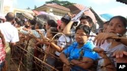 지난 2011년 10월 버마 정치범 석방 당시 교도소 밖에서 석방을 기다리는 가족들. (자료사진)