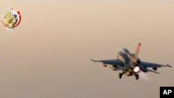 Dalam gambar yang diambil dari video yang dirilis oleh militer Mesir, sebuah jet tempur Mesir lepas landas dari sebuah lokasi yang dirahasiakan di Mesir untuk menyerang tempat persembunyian militan di kota Darna, Libya, 26 Mei 2017.