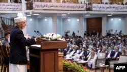 ប្រធានាធិបតី Ashraf Ghani ថ្លែងក្នុងថ្ងៃទី១ នៃកិច្ចប្រជុំកំពូល នៅសាល Loya Jirga ក្នុងទីក្រុងកាប៊ុល ប្រទេសអាហ្វហ្គានីស្ថាន។ មនុស្សរាប់ពាន់នាក់ប្រជុំគ្នាថាតើគួរដោះលែងអ្នកទោសតាលីបាន ៤០០ នាក់ឬយ៉ាងណា។