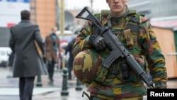 Un soldat belge à l'entrée du siège du parlement européen au centre de Bruxelles, le 19 janvier 2015.