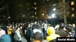 دانشجویان دانشگاه صنعتی شریف که بعد از وقوع زلزله از خوابگاه خود بیرون رفتند