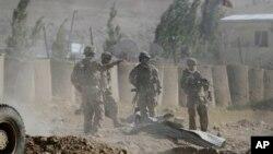 8일, 자살폭탄 공격이 발생한 와르다크주 주도 마이단 샤에서 현장 조사를 벌이는 나토군 병사들.