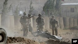 Binh sĩ Mỹ thuộc Lực lượng Hỗ trợ An ninh Quốc tế do NATO lãnh đạo (ISAF) tại hiện trường sau một vụ tấn công tự sát ở tỉnh Wardak, phía đông thủ đô Kabul, Afghanistan, ngày 8/9/2013.