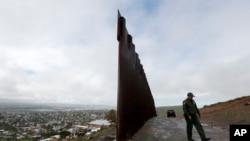 Zid na granici koja razdvaja Tihuanu u Meksiku od San Dijega u SAD.