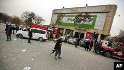 کابل کی فائنسٹ سپر مارکٹ میں بم دھماکے کے بعد پولیس ڈیوٹی پر۔