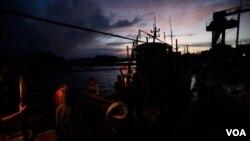 """""""Xuống cá"""" từ một tàu cá ở Hainan. Hình minh họa."""