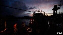 海南省琼海市潭门镇渔民将鱼卸下船。